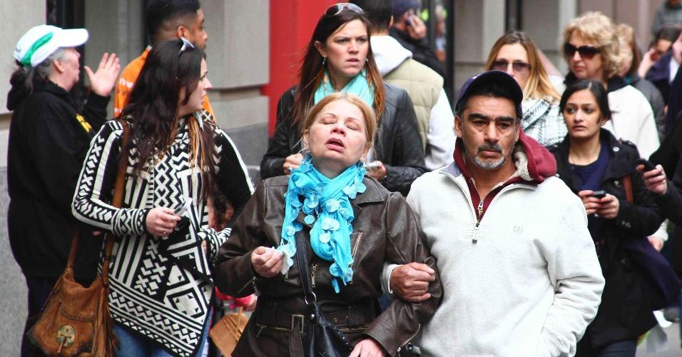 15.abr.2013 - Pedestres fogem do local onde ao menos duas bombas explodiram na linha de chegada da Maratona de Boston, nos Estados Unidos. O presidente Barack Obama afirmou nesta segunda-feira (15) que o governo ainda não sabe quem foi o responsável pelos ataques e nem porque eles aconteceram
