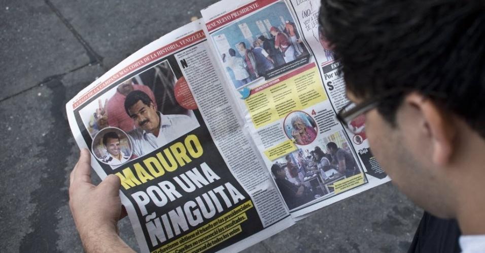15.abr.2013 - Venezuelano lê jornal que destaca a vitória do candidato chavista Nicolás Maduro, nesta segunda-feira (15). Maduro será o sucessor de Hugo Chávez, morto há pouco mais de um mês