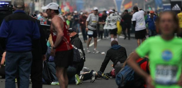 Vítimas são atendidas após explosão na linha de chegada da Maratona de Boston - Reuters