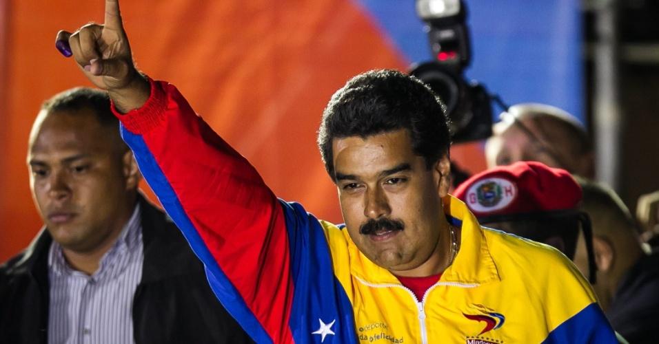 15.abr.2014 - O candidato governista Nicolás Maduro acena para seus simpatizantes logo após o anúncio oficial que confirmou sua eleição para a presidência da Venezuela