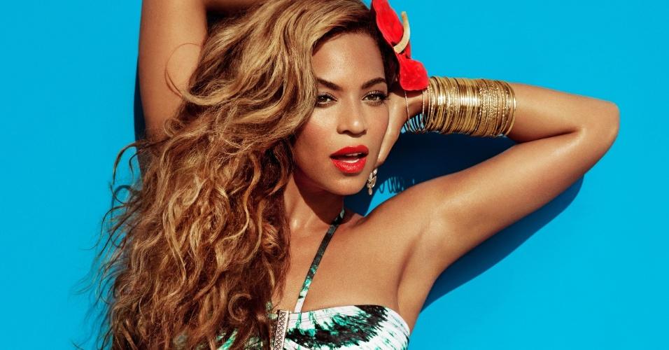 """Beyoncé usa biquínis em ensaio para a campanha de verão da loja de departamentos H&M. A participação da cantora será divulgada como """"Beyoncé as Mrs. Carter in H&M"""", referindo-se ao nome da nova turnê da artista"""