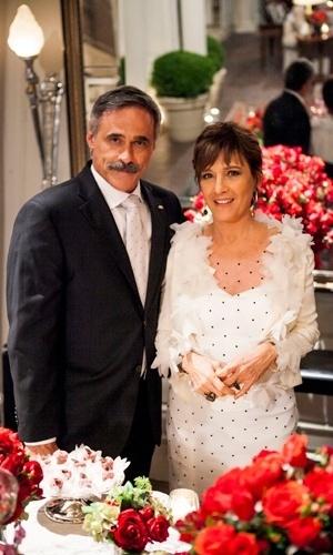 Casamento de Aída (Natália do Vale) e Nunes (Oscar Magrini) em
