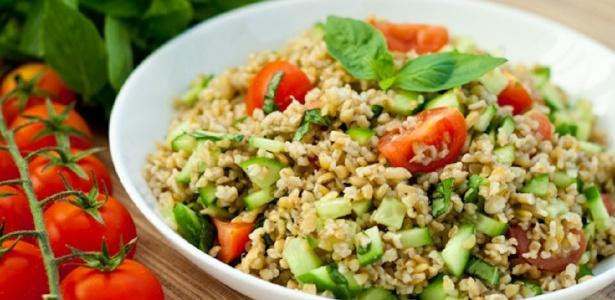 Pode ser consumido em saladas, sopas, como acompanhamento e até como trigo integral em receitas - Divulgação