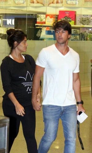 15.abr.2013 - Grávida, Juliana Paes vai às compras com o marido no shopping Rio Design Barra, no Rio de Janeiro