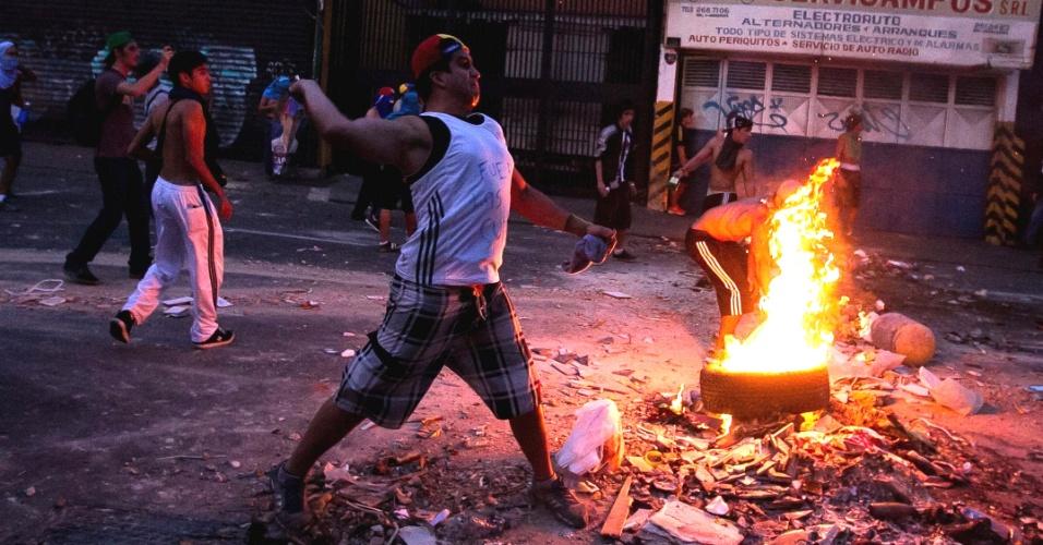 15.abr.2013 - Manifestantes opositores protestam contra a declaração de Nicolás Maduro como vencedor da eleição presidencial venezuelana. O candidato da oposição, Henrique Capriles, diz não reconhecer a derrota, pede a recontagem dos votos 'um a um' e convocou seus apoiadores a fazerem panelaços pela capital, Caracas. O Conselho Nacional Eleitoral do país (CNE) confirmou a vitória de Maduro e rejeitou o pedido de recontagem de Capriles
