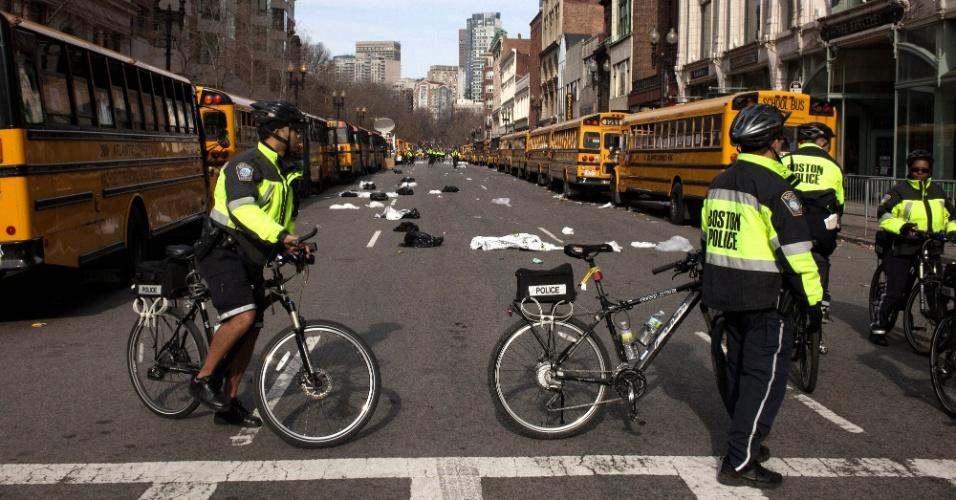 15.abr.2013 - Policiais patrulham região onde ocorreram duas explosões, próximas da linha de chegada da Maratona de Boston, causando a morte de ao menos três pessoas e deixando ao menos 144 feridas. Segundo autoridades, muitos feridos tiveram de ser amputados devido aos ferimentos