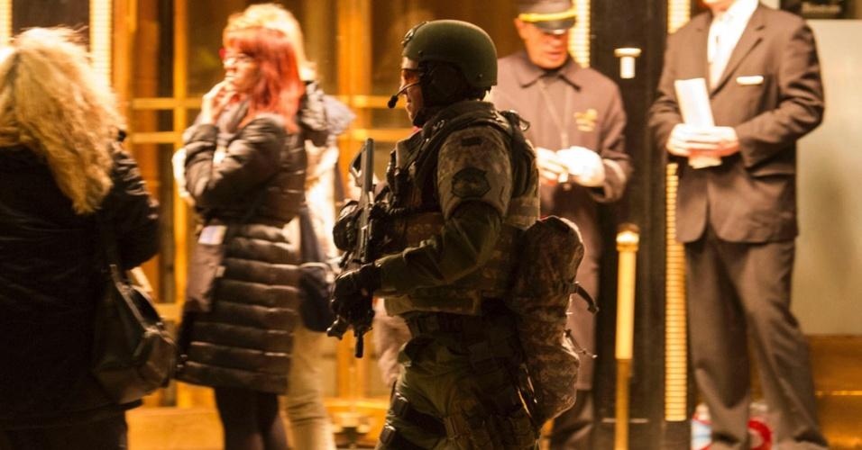 15.abr.2013 - Policial da Swat - tropa de elite da polícia norte-americana - de Boston faz ronda diante do Taj Hotel, na região onde duas bombas explodiram, causando ao menos três mortes e centenas de feridos, muitos deles, gravemente