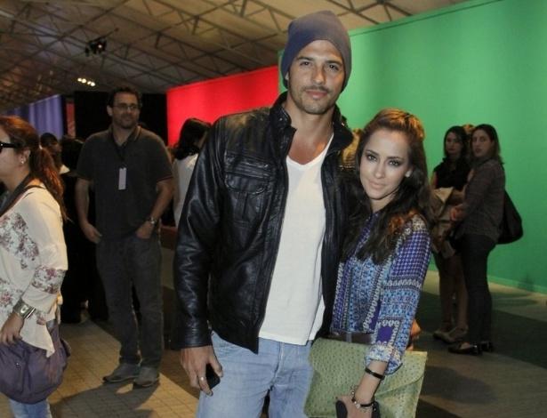 16.abr.2013 - A atriz Maytê Piragibe e o marido, Marlos Cruz, comparecem ao Fashion Rio
