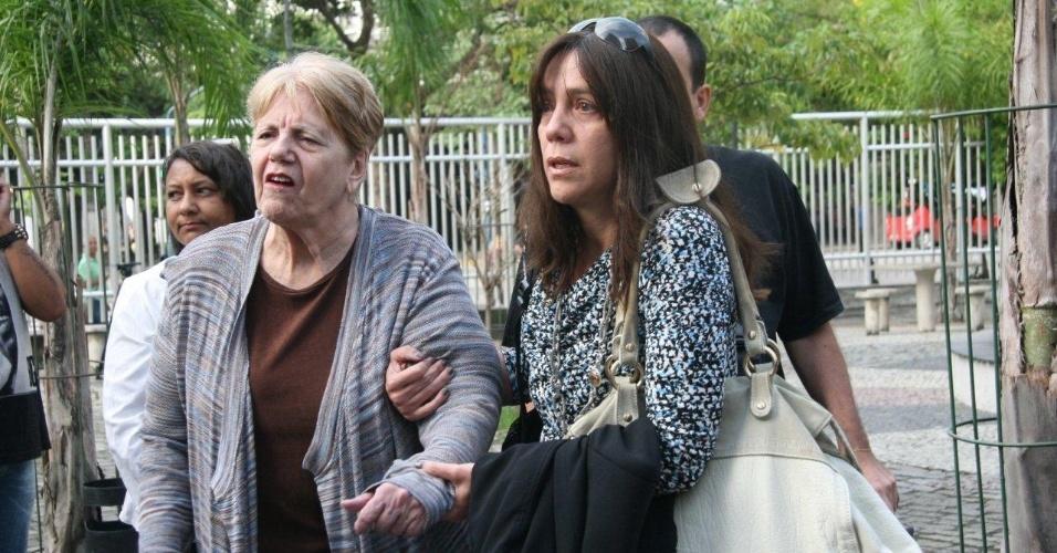16.abr.2013 - A mãe e a irmã da juíza Patrícia Acioli, assassinada em Niterói em agosto de 2011, chegam ao 3º Tribunal do Júri de Niterói (RJ), onde será julgado o policial militar Carlos Adílio Maciel Santos, um dos acusados pela morte da juíza. O réu responde por homicídio triplamente qualificado e formação de quadrilha