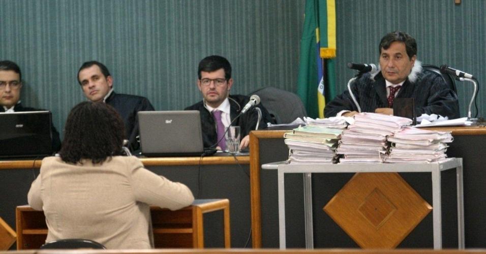 16.abr.2013 - A professora Gláucia Maciel Santos (sentada, de costas) participa como testemunha de defesa de julgamento no 3º Tribunal do Júri de Niterói (RJ). Ela é irmã do policial militar Carlos Adílio Maciel dos Santos, acusado de ter participado do assassinato da juíza Patrícia Acioli em agosto de 2011