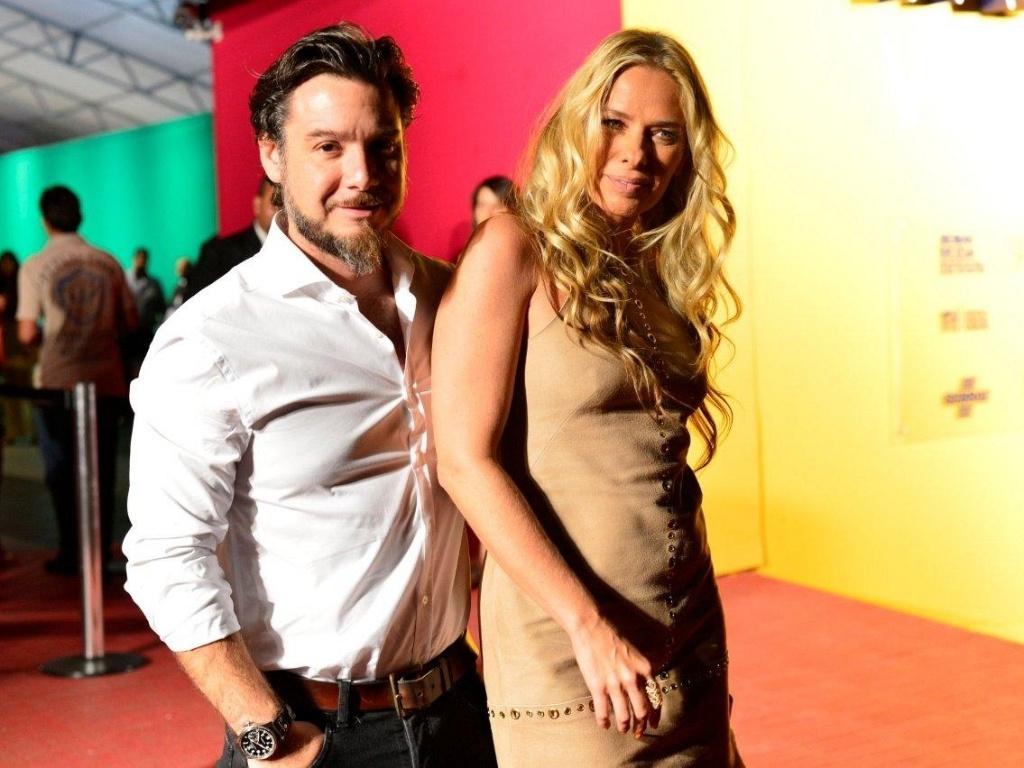 16.abr.2013 - Adriane Galisteu e o marido, Alexandre Iódice, chegam ao segundo dia de desfiles do Fashion Rio, na Marina da Glória