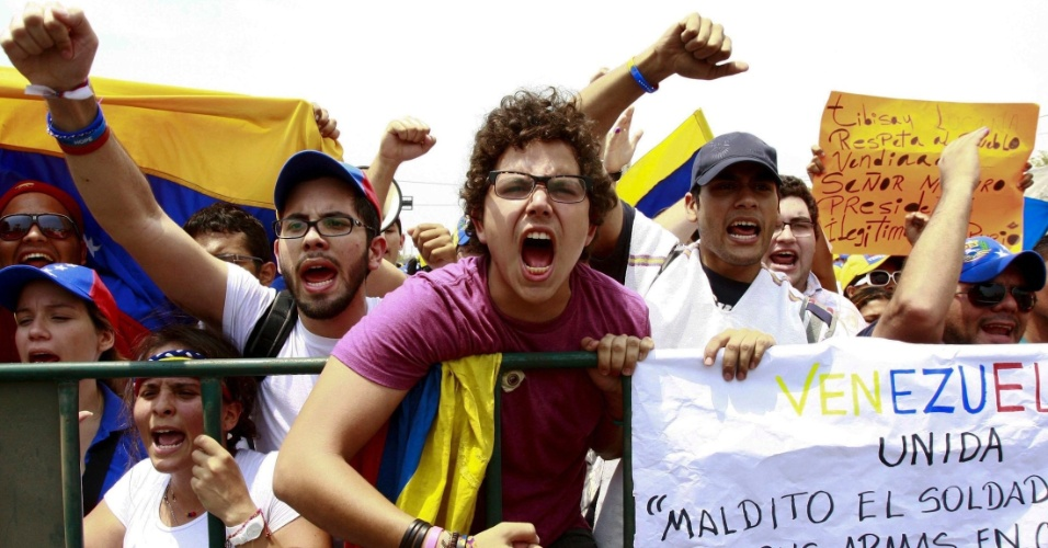 16.abr.2013 - Apoiadores do candidato derrotado nas eleições presidenciais venezuelanas Henrique Capriles protestam em frente ao escritório do CNE (Conselho Nacional Eleitoral) na cidade de Maracaibo, para exigir a recontagem dos votos da eleição presidencial. Ao menos sete pessoas morreram e dezenas ficaram feridas como resultado dos protestos e ações violentas de partidários da oposição que contestam a vitória do chavista Nicolás Maduro nas eleições presidenciais do domingo (14)