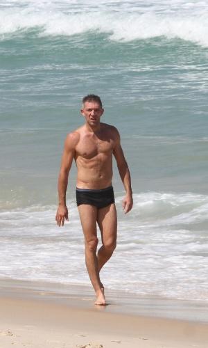 16.abr.2013 - Ator francês Vincent Cassel toma banho de mar na praia do Arpoador