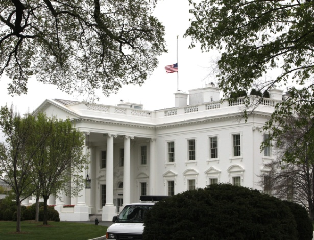 16.abr.2013 - Bandeira dos Estados Unidos é colocada a meio mastro na Casa Branca, em Washington, nesta terça-feira (16)