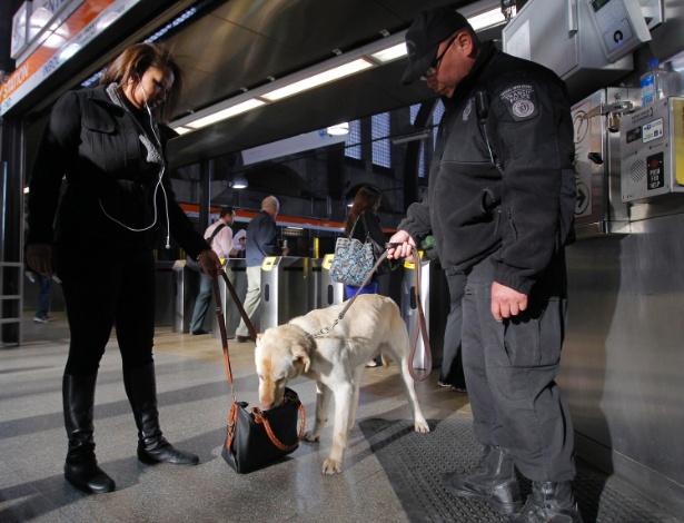 16.abr.2013 - Cão farejador auxilia averiguações na estação Back Bay, no metrô de Boston (EUA), nesta terça-feria (16). A segurança na cidade foi reforçada após os atentados a bomba