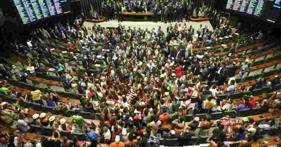 16.abr.2013 - Cerca de cem índios invadiram na tarde desta terça-feira (16) o plenário da Câmara dos Deputados, em Brasília. A manifestação provocou a suspensão da sessão que discutia a votação de uma medida provisória. A ação dos índios surpreendeu os deputados - Alan Marques/Folhapress