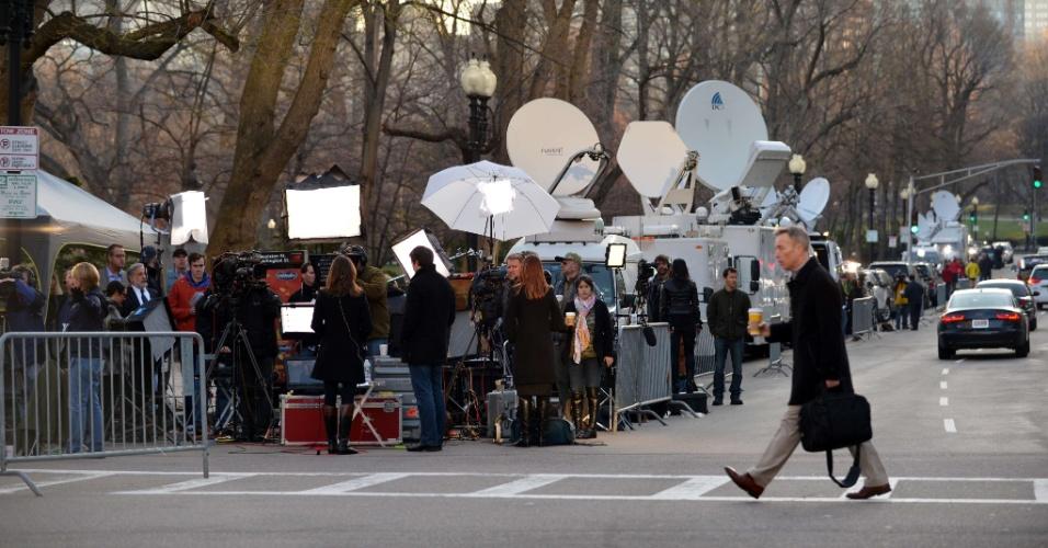 16.abr.2013 - Equipes de televisão instaladas em local perto de onde ocorreram dois atentados a bomba que tiveram como alvo a tradicional Maratona de Boston, em Boston, Massachusetts (EUA)