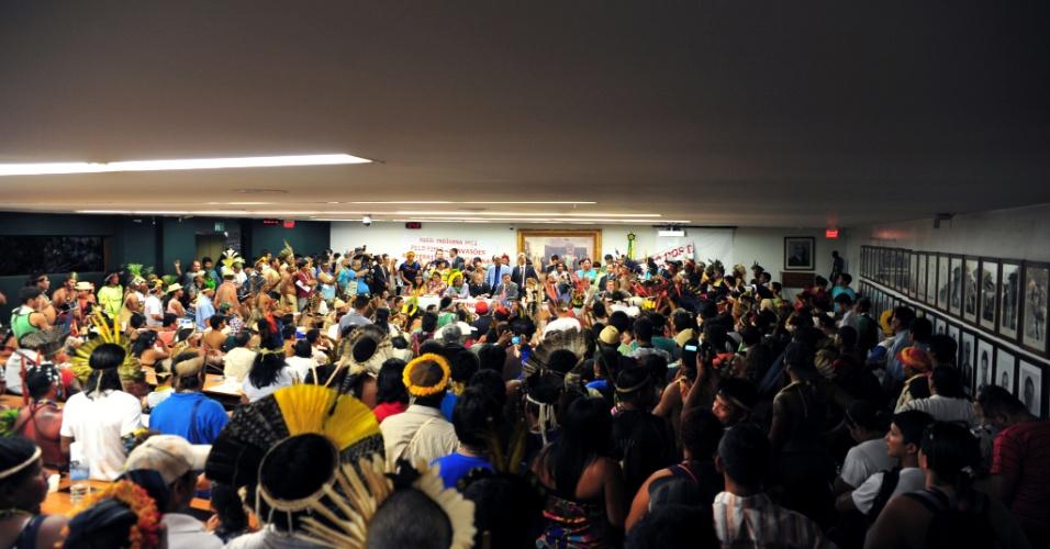 16.abr.2013 - Índios forçaram encerramento de sessão na Câmara dos Deputados, em Brasília. Eles pretestaram nesta terça-feira (16) contra a PEC (Proposta de Emenda Constitucional) 215/00, que transfere do poder Executivo para o Legislativo a competência pela demarcação de terras ocupadas tradicionalmente por povos indígenas