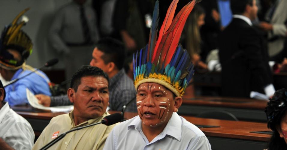 16.abr.2013 - Índios tomaram lugares de deputados na Câmara, durante protesto contra a PEC (Proposta de Emenda Constitucional) 215/00, que transfere do Executivo para o Legislativo a competência pela demarcação de terras ocupadas tradicionalmente por povos indígenas