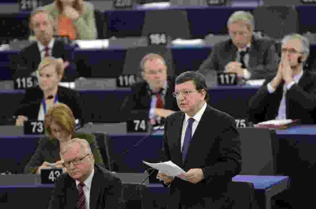 16.abr.2013 - José Manuel Durão Barroso, presidente da Comissão Europeia, discursa sobre o futuro financeiro da  UE (União Europeia) no Parlamento Europeu, em Estrasburgo, na França. Os eurodeputados rejeitaram uma proposta para aumentar o preço das cotas de emissão de CO2, que hoje custa menos de 5 euros a tonelada (cerca de R$ 13). A medida era considerada por ministros de Meio Ambiente da França, da Alemanha, da Inglaterra, da Suécia, da Dinamarca e da Itália um instrumento importante para lutar contra as mudanças climáticas - Patrick Seeger/Efe