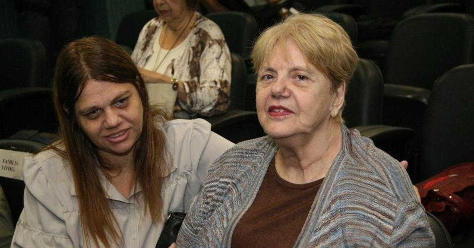 16.abr.2013 - Marly Acioli (à dir.), mãe da juíza Patrícia Acioli, assassinada em Niterói em agosto de 2011, acompanha o anuncio da condenação do policial militar Carlos Adílio Maciel Santos, no 3º Tribunal do Júri de Niterói (RJ). Santos foi condenado a 19 anos e seis meses de prisão por participação no assassinato da juíza