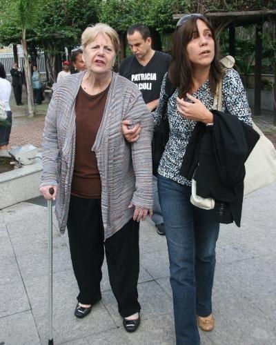 16.abr.2013 - Marly Acioli (esq) e Simone Acioli, respectivamente mãe e irmã da juíza Patrícia Acioli, assassinada em Niterói em agosto de 2011, chegam ao 3º Tribunal do Júri de Niterói (RJ), onde será julgado o policial militar Carlos Adílio Maciel Santos. Ele é um dos acusados pela morte da juíza em agosto de 2011