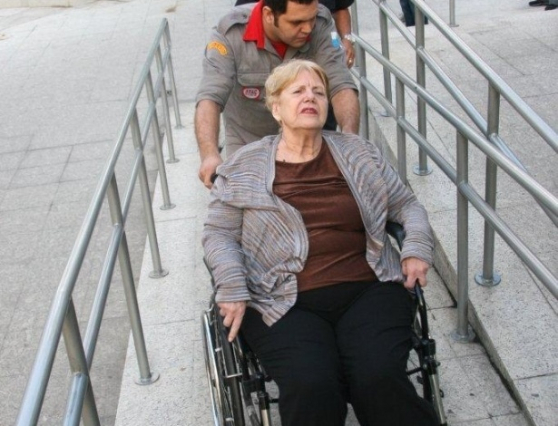 16.abr.2013 - Marly Acioli, mãe da juíza assassinada Patrícia Acioli, chegam ao 3º Tribunal do Júri de Niterói (RJ), onde será julgado o policial militar Carlos Adílio Maciel Santos. Ele é um dos acusados pela morte da juíza em agosto de 2011
