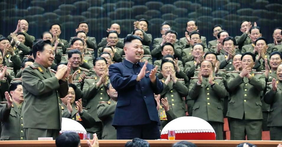 16.abr.2013 - Militares aplaudem, junto com o líder norte-coreano Kim Jong-un (de preto, no centro), o concerto de uma orquestra, em Pyongyang (Coreia do Norte)
