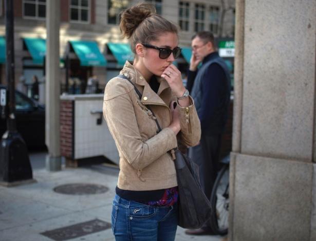 16.abr.2013 - Mulher caminha na Boylston Street, perto da linha de chegada da Maratona de Boston, em Boston (EUA), onde duas explosões de bombas deixaram três pessoas mortas e 130 feridas