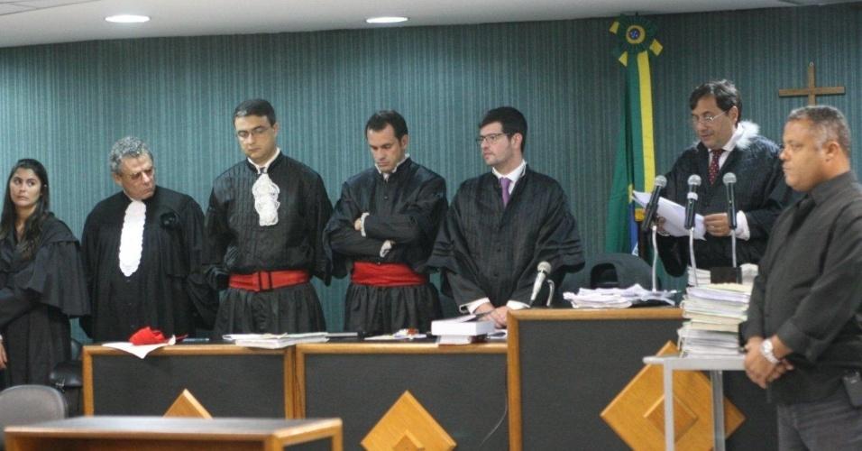 16.abr.2013 - O juiz Peterson Barroso Simões lê a senteça do julgamento que condenou o policial militar Carlos Adílio Maciel dos Santos a 19 anos e seis meses de prisão, por participação no assassinato da juíza Patrícia Acioli, em agosto de 2011. Santos é o quinto dos 11 réus a serem condenados pela morte da juíza