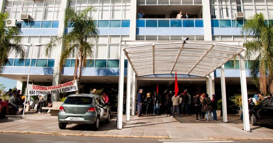16.abr.2013 - O Movimento dos Trabalhadores Sem Terra (MST) ocupa o prédio do Incra (Instituto Nacional de Colonização e Reforma Agrária) em Porto Alegre, na manhã desta terça-feira (16). A ocupação faz parte da série de manifestações que acontecem no mês de abril, também conhecidas como Abril Vermelho