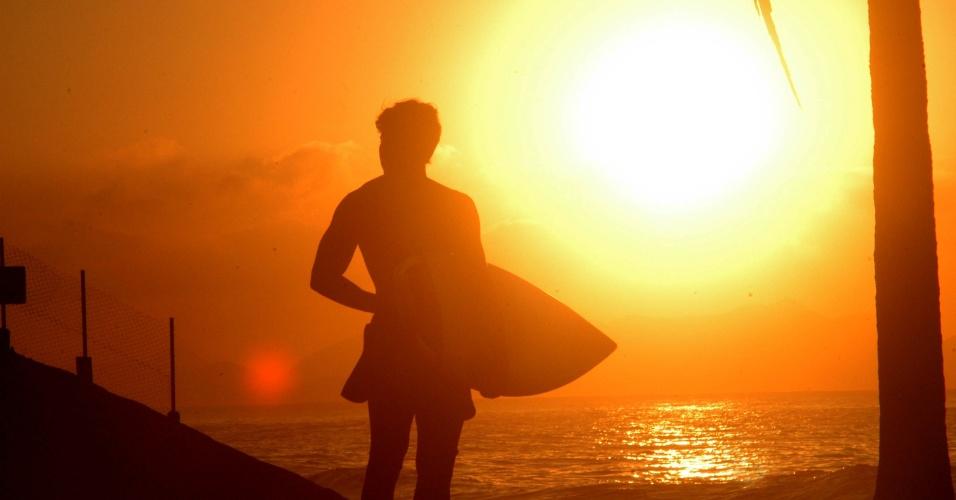 16.abr.2013 - O sol deu o ar da graça nesta terça-feira (16) no Rio de Janeiro depois de dias nublados na última semana. Na foto, amanhecer na praia do Arpoador