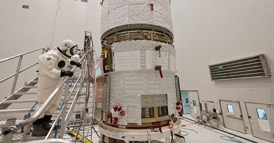 16.abr.2013 - Operador abastece o tanque do ATV Albert Einstein, da Agência Espacial Europeia (ESA, na sigla em inglês), na base em Kourou, na Guiana Francesa. O processo é feito em quatro fases e cada componente é altamente tóxico, por isso, os operadores usam trajes especiais e selados durante todo o abastecimento. A espaçonave, que será lançada ao espaço a bordo do foguete Ariane em 5 de junho, vai transportar dois tipos de propulsores para a Estação Espacial Internacional (ISS, na sigla em inglês) e trazer equipamento para a missão russa. Segundo a ESA, cada ATV está apto para entregar até sete toneladas de material para a plataforma orbital