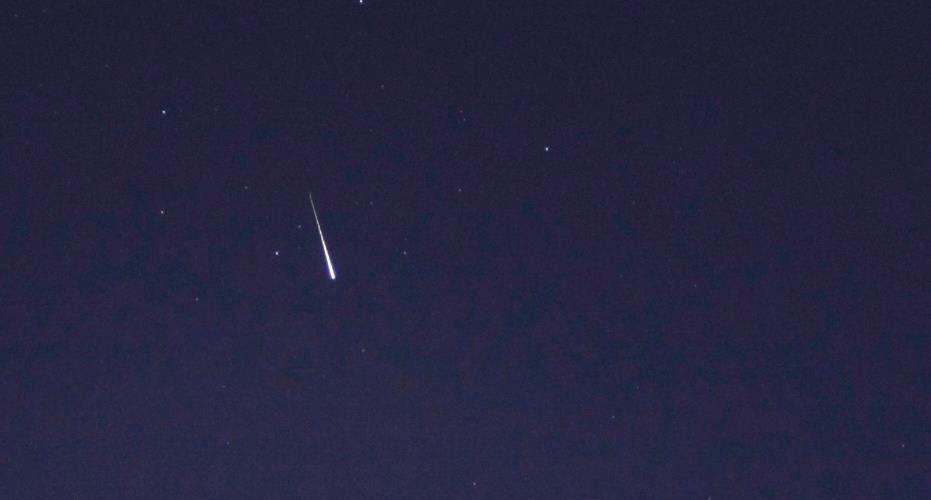 16.abr.2013 - Parece um cometa ou um meteoro, mas a foto tirada do Observatório da PUC-RS é de um satélite de comunicação. O Iridium 39 pode ser visto no céu brasileiro na noite desta terça-feira (16). Ele esta a 789 km da Terra, na região conhecida como constelação de satélites