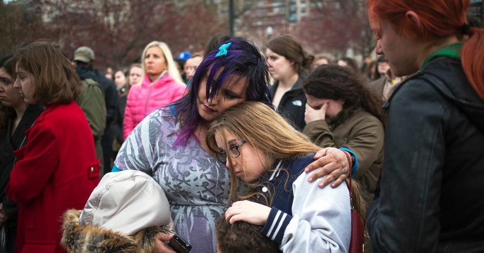 16.abr.2013 - Pessoas se abraçam durante uma vigília em homenagem às vítimas do atentado à Maratona de Boston, que deixou três pessoas mortas e dezenas de feridos, na segunda-feira (15), em evento organizado na cidade americana