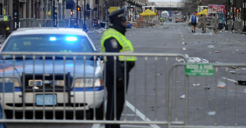 16.abr.2013 - Policial guarda as ruas Boylston e Arlington, em Boston, onde ocorreu a maratona de Boston. A segurança na cidade foi reforçada após as explosões que causaram três mortes e deixaram 130 feridos