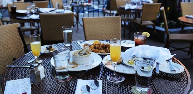 Pratos de refeições deixados nas mesas de restaurante localizado perto de onde era realizada a Maratona de Boston (EUA), onde duas explosões deixaram três pessoas mortas, ainda eram vistos nesta terça (16)