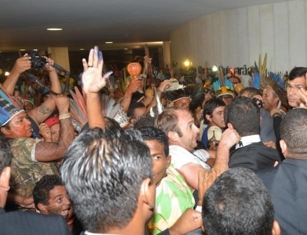 16.abr.2013 - Presidente da Câmara Henrique Alves (PMDB-RN) decidiu encerrar a sessão da Casa e afirmou que o respeito tem de ser recíproco entre deputados e manifestantes. Cerca de cem índios invadiram na tarde desta terça-feira (16) o plenário da Câmara dos Deputados, em Brasília. A manifestação provocou a suspensão da sessão que discutia a votação de uma medida provisória. A ação dos índios surpreendeu os deputados