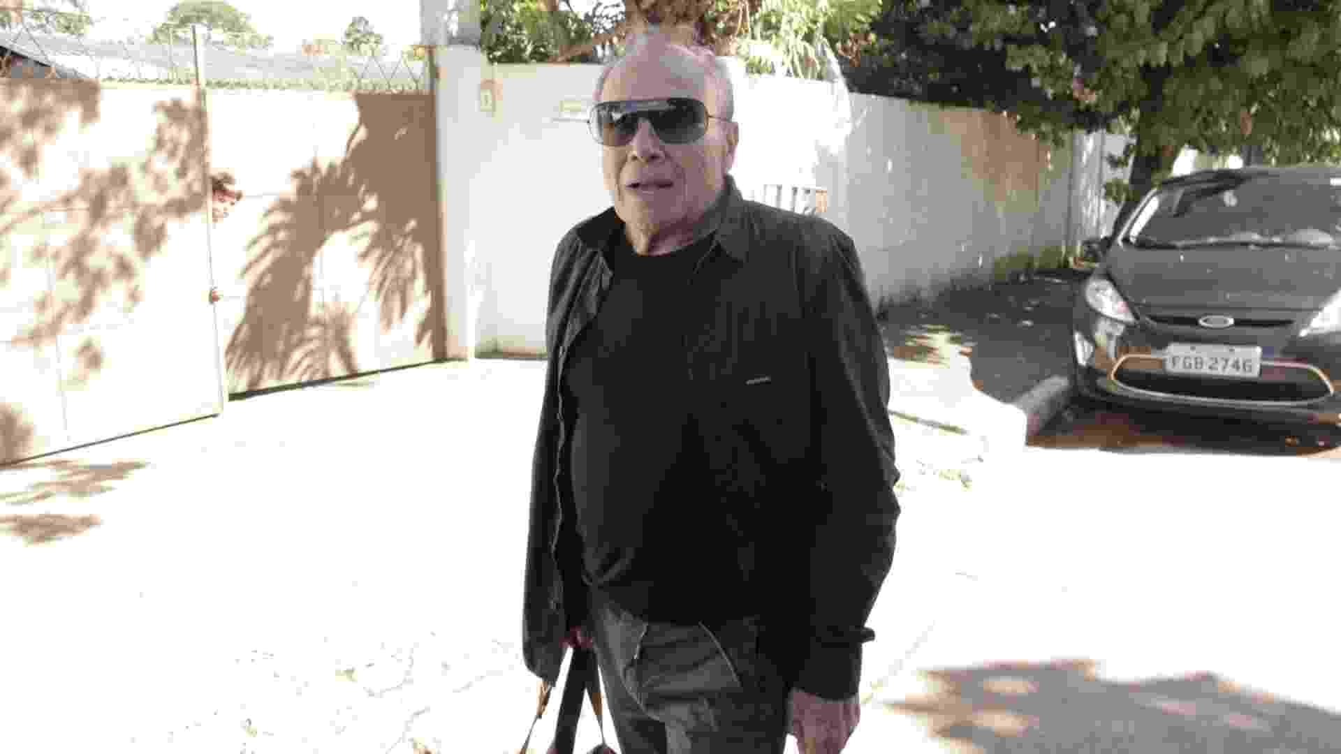 16.abr.2013 - Stênio Garcia chega ao velório da atriz Cleyde Yáconis, com quem foi casado por 11 anos - Fabiano Cerchiari/UOL