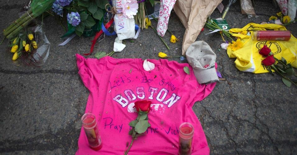 16.abr.2013 - Um camiseta e flores foram deixadas em um memorial improvisado na rua Boylston, em Boston (Estados Unidos), em homenagem às vítimas do atentado à maratona, que matou três pessoas e deixou dezenas de feridos na cidade americana