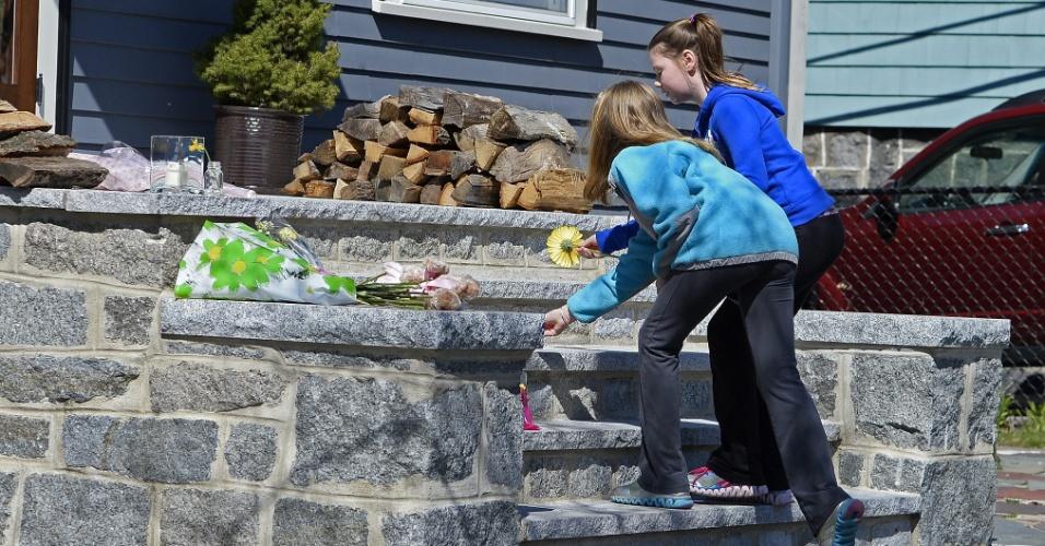 16.abr.2013 - Vizinhos prestam homenagem a Martin Richard na casa em que ele vivia no bairro de Dorchester, em Boston (EUA), nesta terça-feira (16). Martin Richard, 8, morreu nos atentados a bomba que tiveram como alvo a tradicional Maratona de Boston