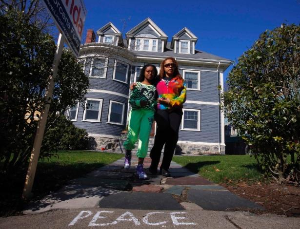 16.abr.2013 - Vizinhos prestam homenagem a Martin Richard na rua em que vive sua família, no bairro de Dorchester, em Boston (EUA), nesta terça-feira (16). Martin Richard, 8, morreu nos atentados a bomba que tiveram como alvo a tradicional Maratona de Boston