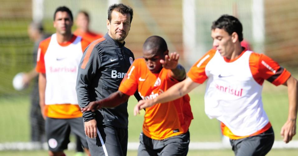 Dunga observa lance em treino dos reservas do Internacional (16/04/13)