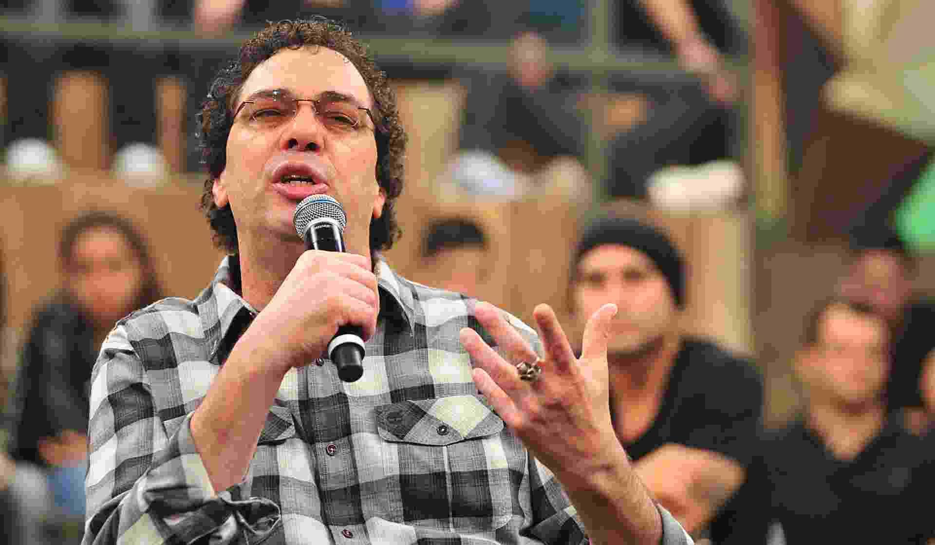 """04.abr.2013 - Comentarista Walter Casagrande Jr. fala sobre o lançamento de sua autobiografia, """"Casagrande e seus demônios"""", durante o programa """"Altas Horas"""", da TV Globo - Reinaldo Marques/TV Globo"""