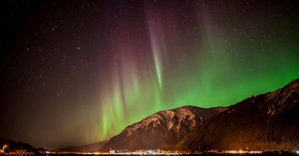 14.abr.2013 - Em 14 de abril de 2013, esta aurora boreal foi registrada no Alasca, nos Estados Unidos. A emissão de massa solar causou auroras boreais nos polos do planeta