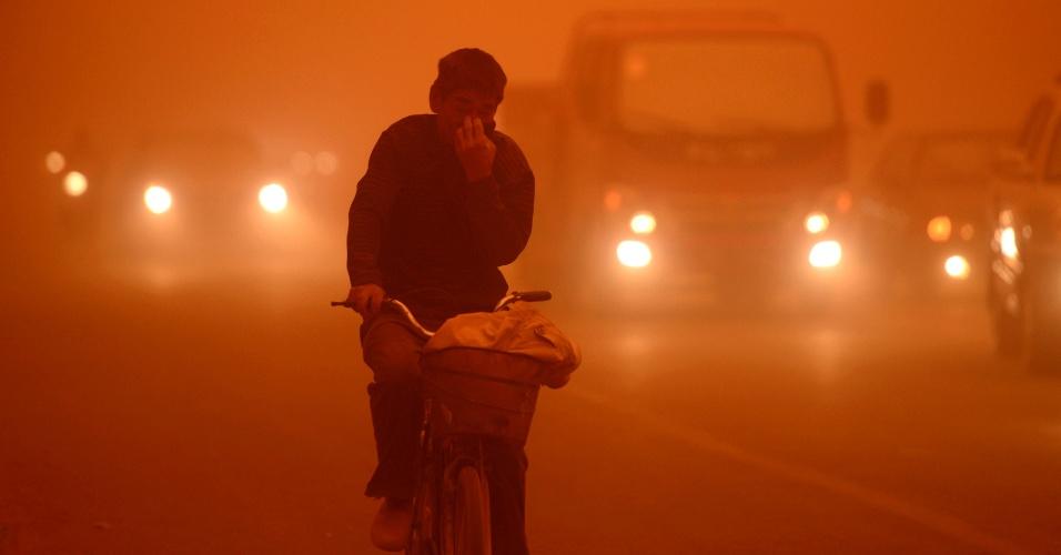 16.abr.2013 - Ciclista luta para pedalar durante tempestade de areia em Kashgar, no extremo oeste da China, em região nos arredores do deserto de Gobi