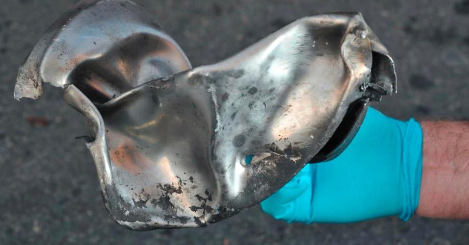 16.abr.2013 - Em foto tirada por investigadores, restos de um aparato explosivo, que poderia ser o detonador de uma das bombas que explodiram em Boston, são encontrados na cena dos atentados. Apenas autoridades tem acesso ao local
