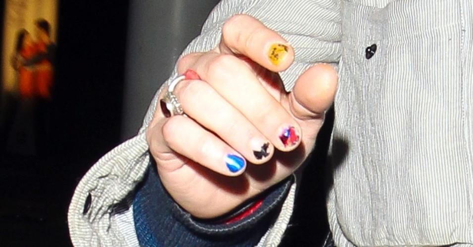 16.abr.2013 - O ator Macaulay Culkin mostra unhas coloridas ao sair de uma casa noturna em Brighton, na Inglatera. Ele deixou o local escondendo o rosto com um par de óculos escuros e um cachecol verde