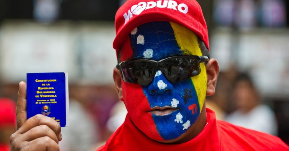 17.abr.2013 - Apoiador do presidente eleito Nicolás Maduro participa de manifestação em Los Teques, no Estado de Miranda. Diversas manifestações tem acontecido em cidades da Venezuela após a eleição presidencial do domingo (14), que garantiu uma vitória apertada ao chavista Nicolás Maduro. Partidários do opositor e candidato derrotado Henrique Capriles tembém organizaram protestos para exigir a recontagem dos votos