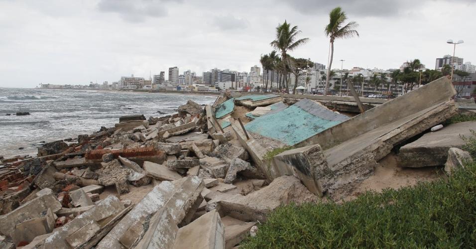 17.abr.2013 - As fortes correntes de maré destruíram parte de uma quadra na praça Wilson Lins no bairro da Pituba, em Salvador. Toneladas de concreto foram reviradas com o avanço do mar. O local era destinado à pratica esportiva e lazer